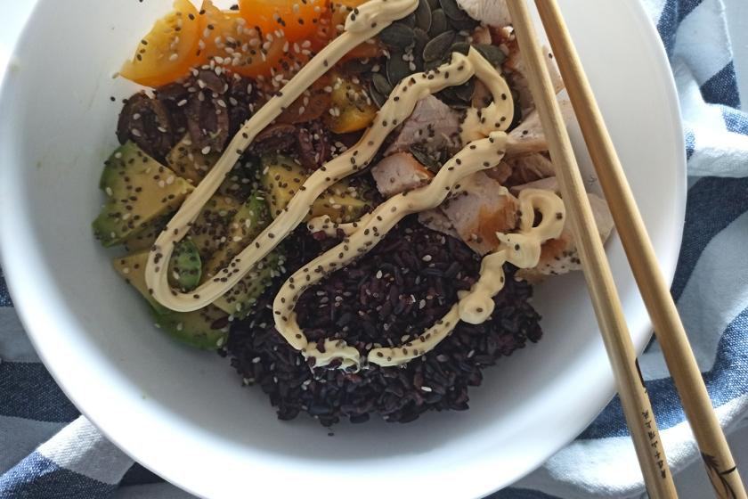 Poke bowl con pollo, avocado, pomodorini gialli, olive taggiasche, semi di zucca, semi di chia e semi di sesamo