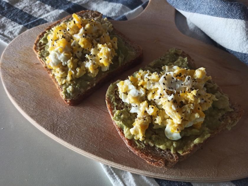 Avocado toast con uova strapazzate e semi di chia