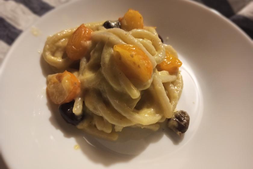 Pici con crema di pomodorini gialli, pecorino e olive taggiasche